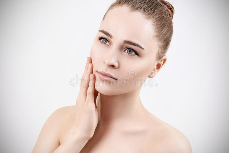 Retrato bonito da mulher sensual nova Conceito de Skincare foto de stock royalty free
