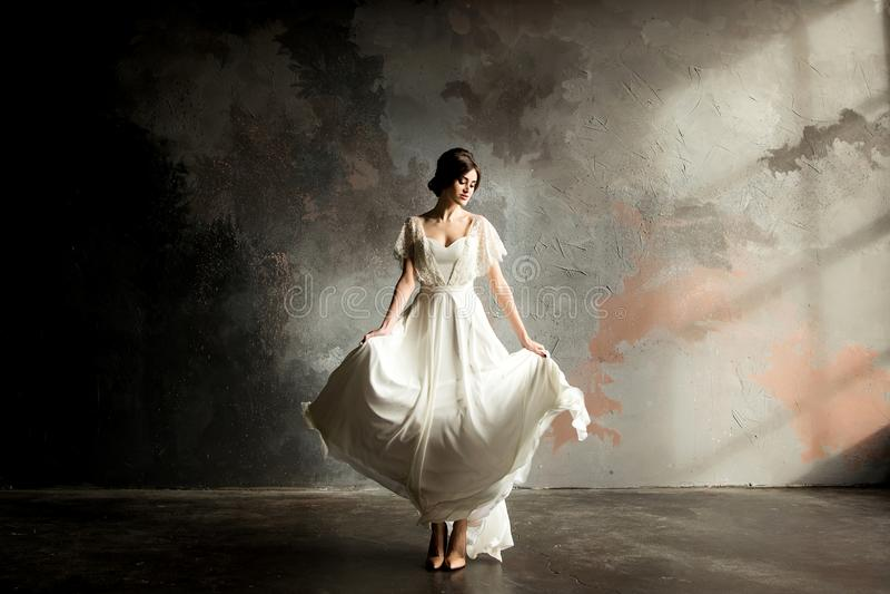 Retrato bonito da noiva A noiva bonita gerencie seu vestido de casamento fotografia de stock royalty free
