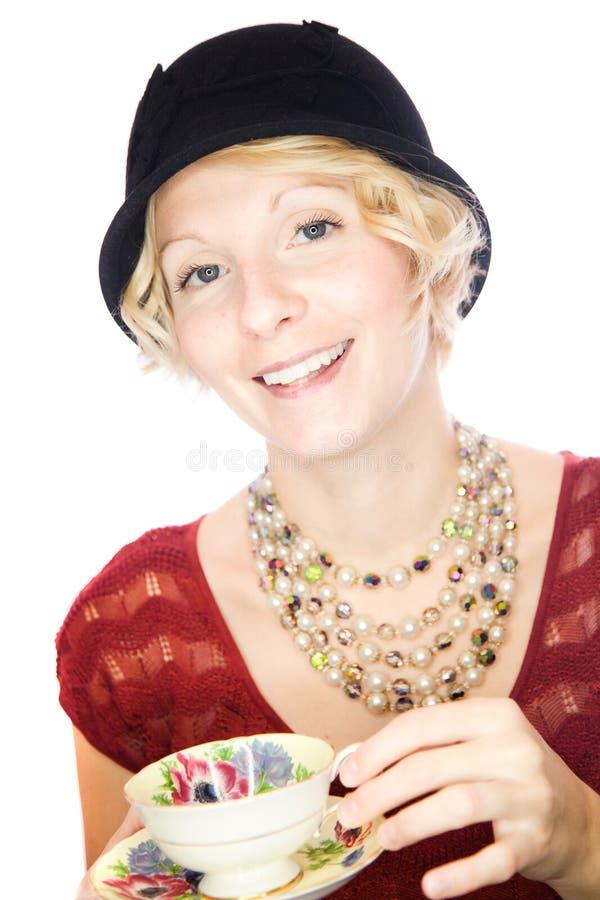 Retrato bonito da senhora que guardara um copo do chá foto de stock