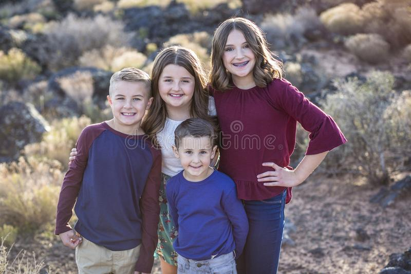 Retrato bonito de crianças felizes de sorriso fora foto de stock