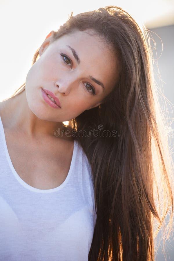 Retrato bonito de la muchacha de la ciudad en el primer del contraluz de la puesta del sol fotos de archivo