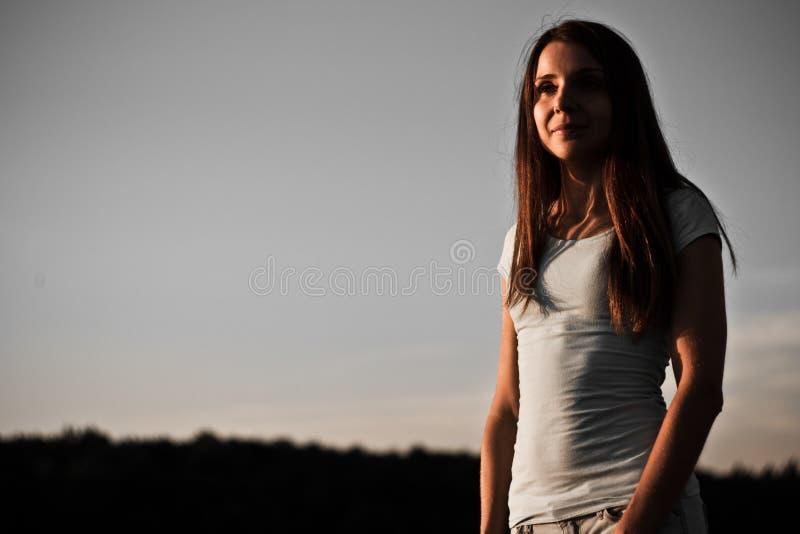 Retrato bonito de la muchacha en oscuro fotografía de archivo libre de regalías
