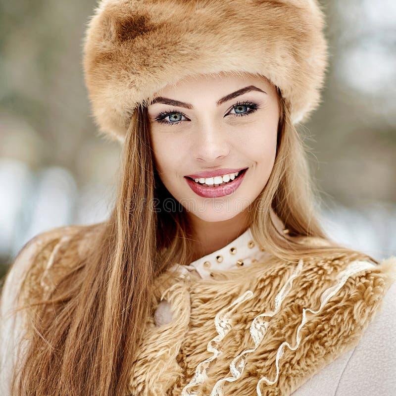 Retrato bonito de surpresa da menina do inverno do russo fotografia de stock