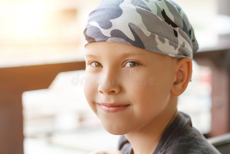 Retrato bonito de um menino que sorria fotografia de stock