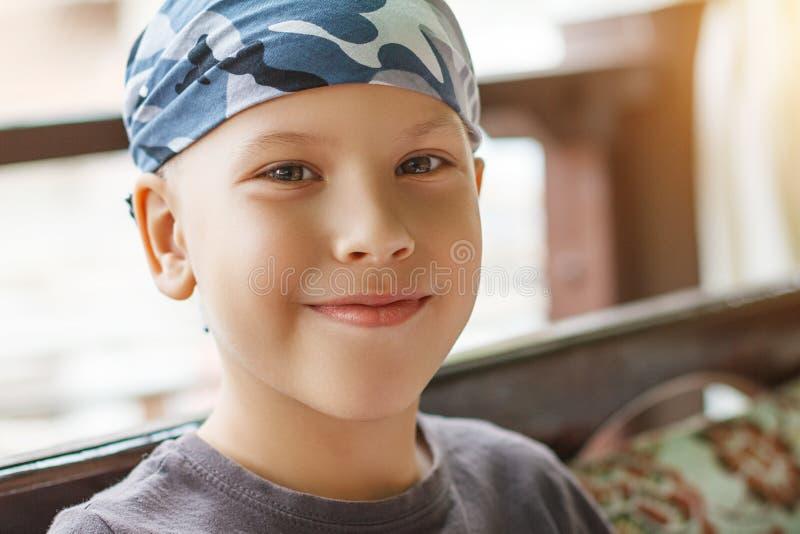 Retrato bonito de um menino que sorria imagens de stock