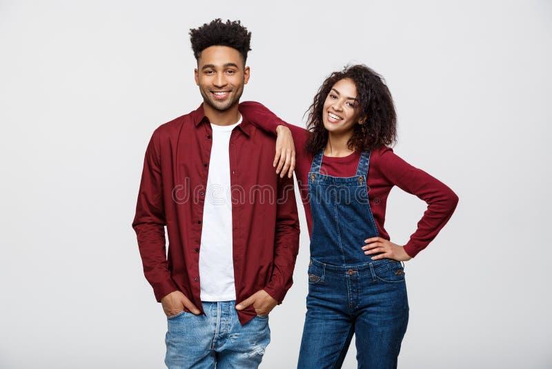 Retrato bonito de um par afro-americano feliz isolado sobre o branco imagens de stock