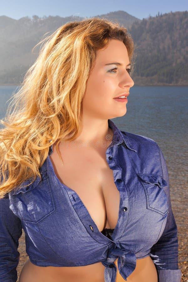 Retrato bonito de uma jovem mulher com grandes peitos fotos de stock royalty free