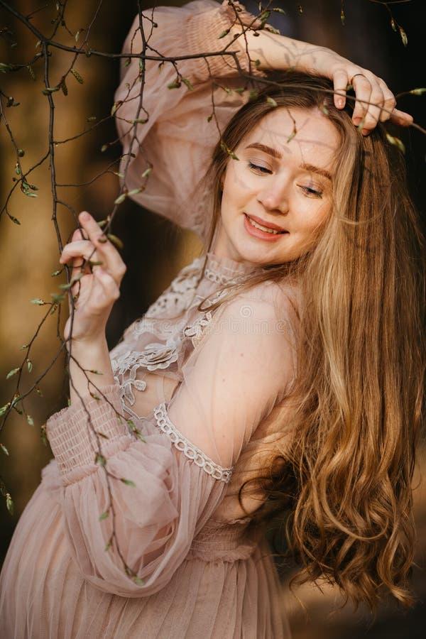 Retrato bonito de uma mulher gravida na floresta imagem de stock royalty free