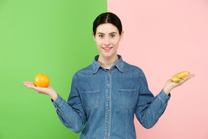 Retrato bonito do close-up da jovem mulher com frutos Conceito saudável do alimento fotos de stock