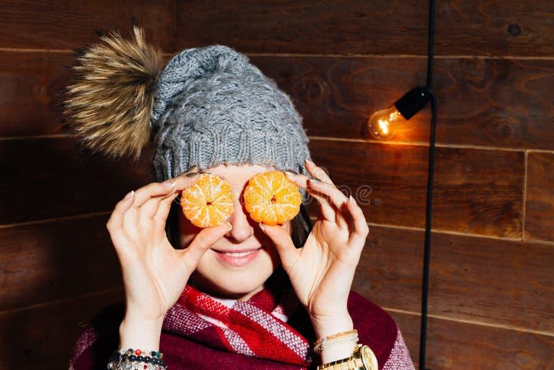 Retrato bonito do close-up da jovem mulher com laranjas Conceito saudável do alimento Cuidados com a pele e beleza Minerais das v imagem de stock