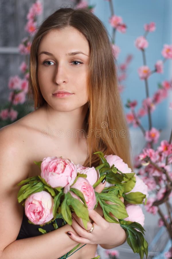 Retrato bonito do close-up de uma jovem mulher com peônias imagens de stock