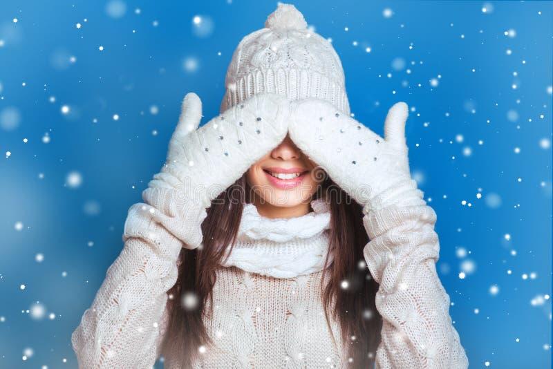 Retrato bonito do inverno da jovem mulher no cenário nevado do inverno Conceito nevando da beleza do inverno A menina fecha os ol fotos de stock royalty free
