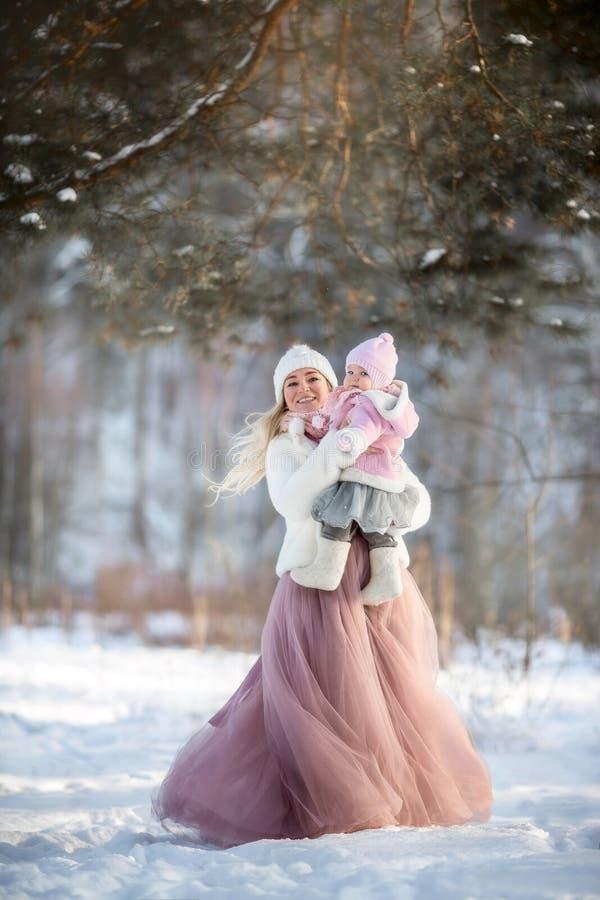 Retrato bonito do inverno da mãe e da filha imagens de stock