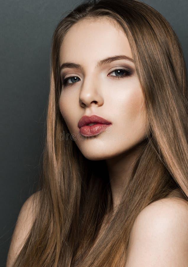 Retrato bonito do modelo da mulher com cabelo longo no fundo escuro imagens de stock royalty free