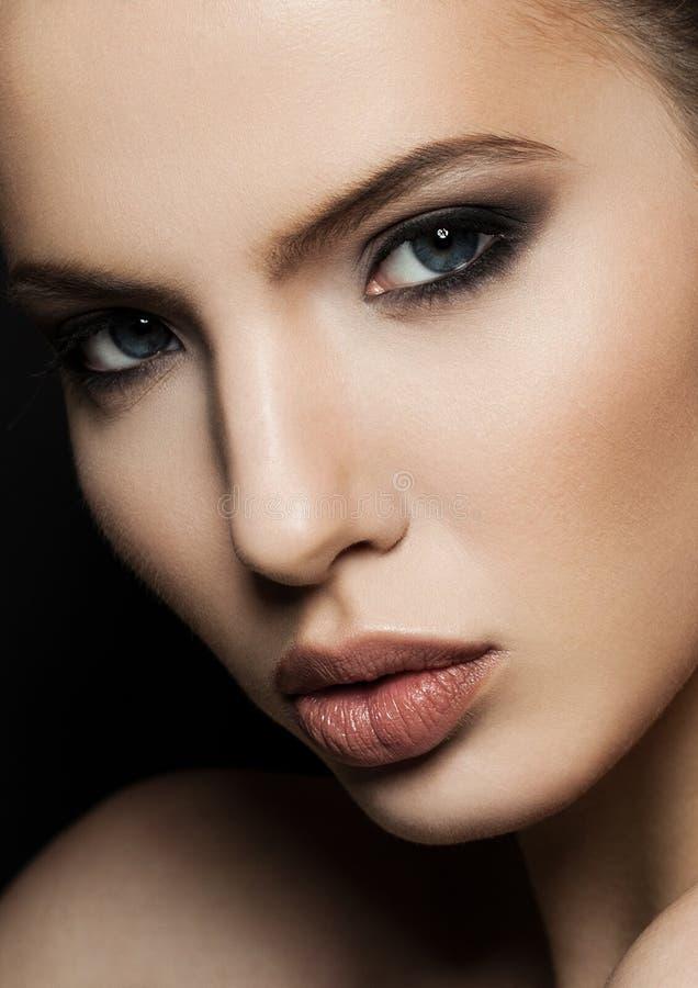 Retrato bonito do modelo da mulher com o close up vermelho dos bordos imagem de stock