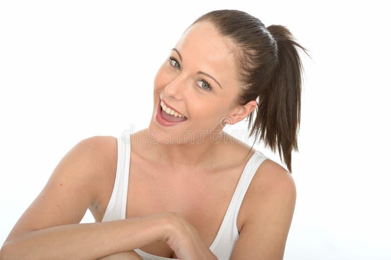 Retrato bonito feliz da jovem mulher que olha no sorriso da câmera imagem de stock