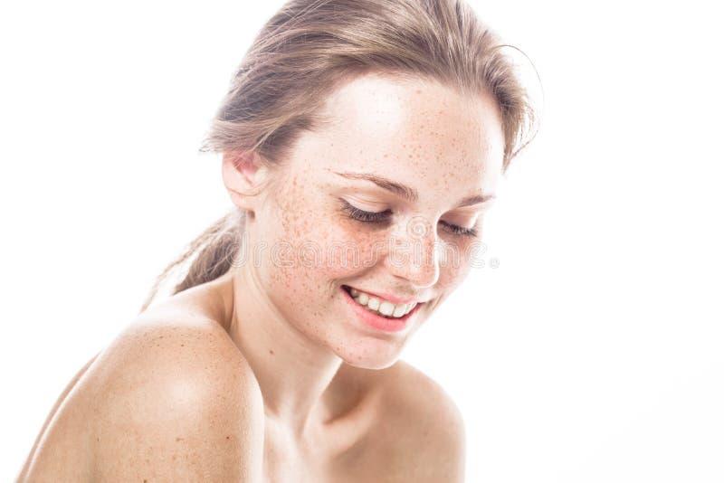 Retrato bonito novo da cara da mulher das sardas com pele saudável fotografia de stock royalty free