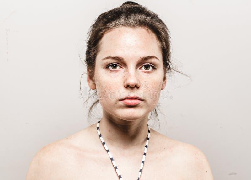 Retrato bonito novo da cara da mulher das sardas com pele saudável imagem de stock