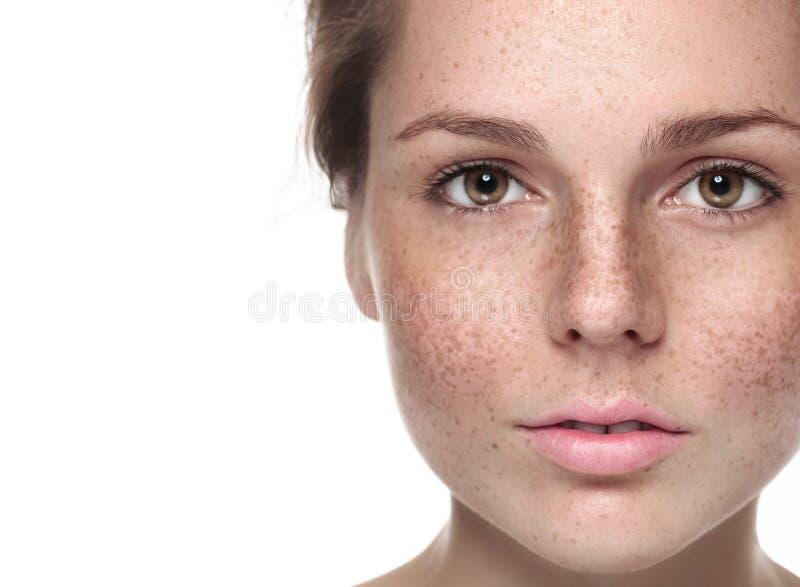 Retrato bonito novo da cara da mulher das sardas com pele saudável foto de stock