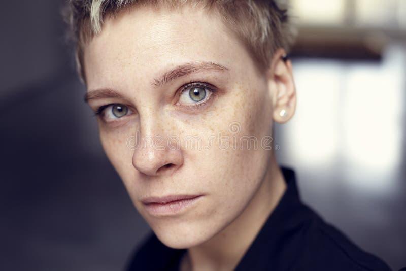 Retrato bonito novo da cara da mulher das sardas com pele saudável e cabelo curto, olhos verdes fotografia de stock royalty free