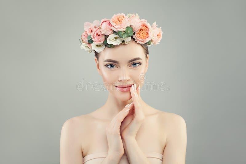 Retrato bonito novo da mulher Conceito do cuidado de pele imagem de stock