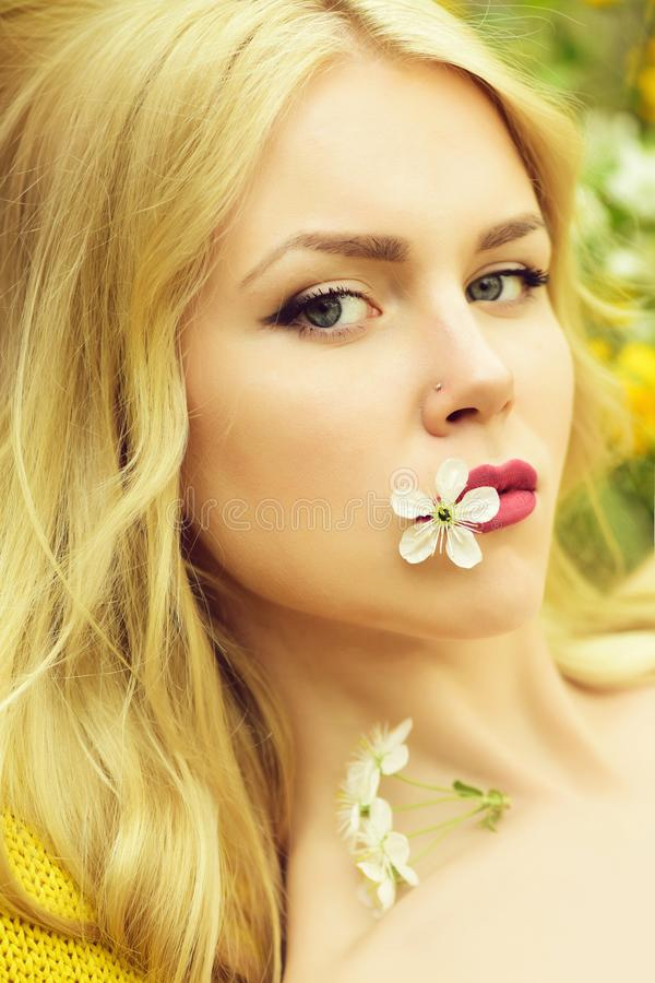 Retrato bonito novo da mulher, menina na mola com flor da cereja fotos de stock