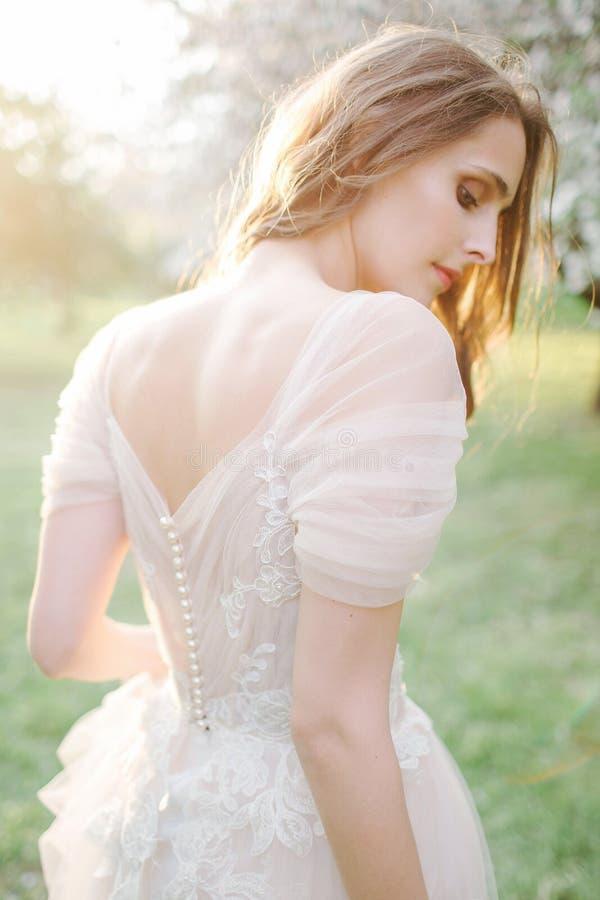 Retrato bonito novo da noiva no parque com flores fotografia de stock royalty free