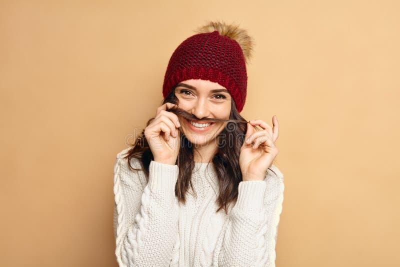 Retrato bonito novo do inverno da mulher Chapéu azul sunglasses Estilo de vida do moderno felicidade Cara emocional fotos de stock