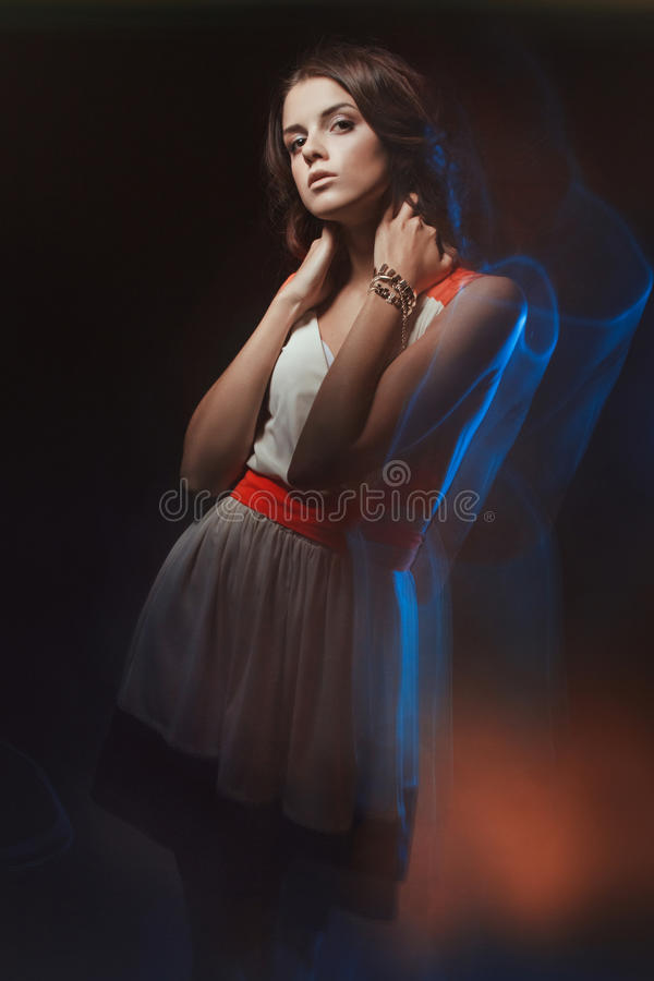 Retrato borrado da arte da cor de uma menina em um fundo escuro Forme a mulher com composição bonita e um vestido leve do verão S imagens de stock royalty free