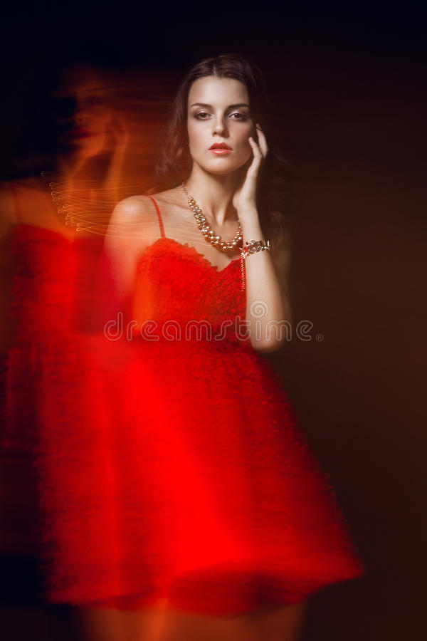 Retrato borrado da arte da cor de uma menina em um fundo escuro Forme a mulher com composição bonita e um vestido leve do verão S fotografia de stock