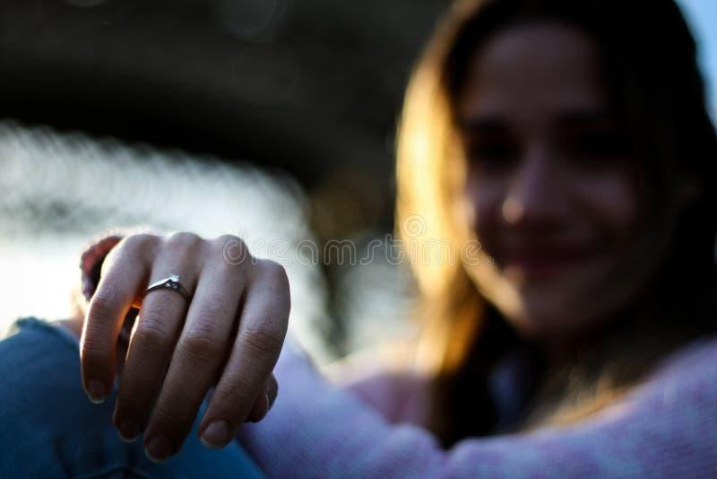 Retrato borroso de las mujeres que muestra su anillo de compromiso foto de archivo libre de regalías