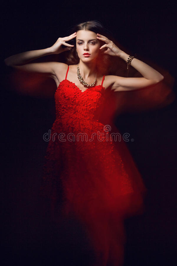 Retrato borroso del arte del color de una muchacha en un fondo oscuro Forme a la mujer con maquillaje hermoso y un vestido ligero fotos de archivo