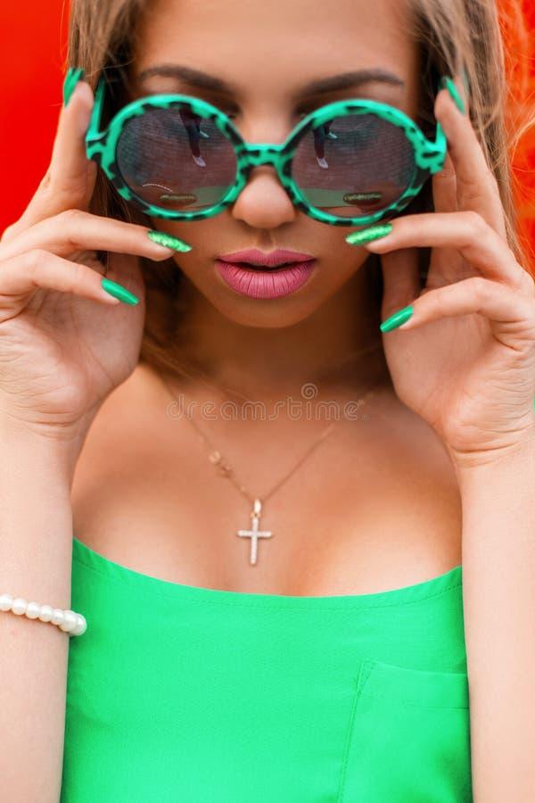 Retrato brillante del verano de una chica joven bonita en una moda verde imágenes de archivo libres de regalías