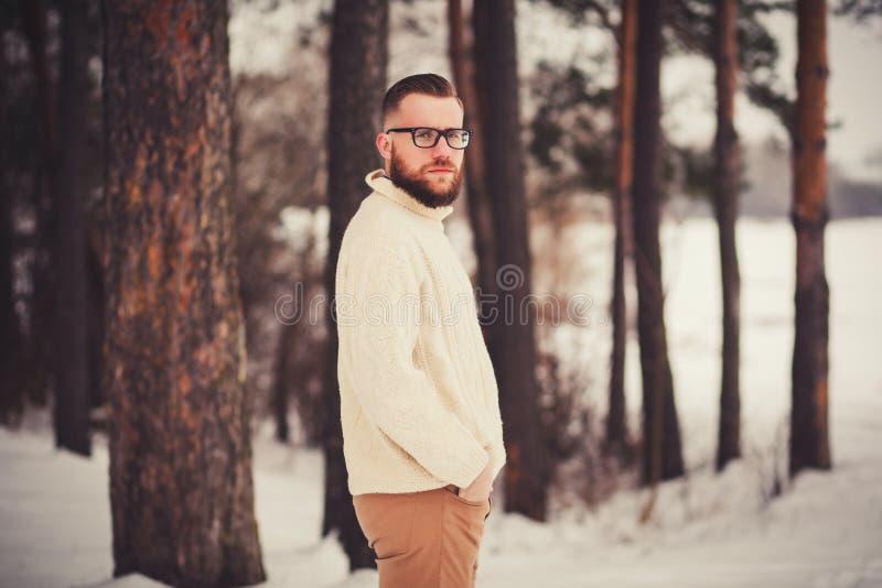Retrato brutal de un hombre al aire libre fotografía de archivo