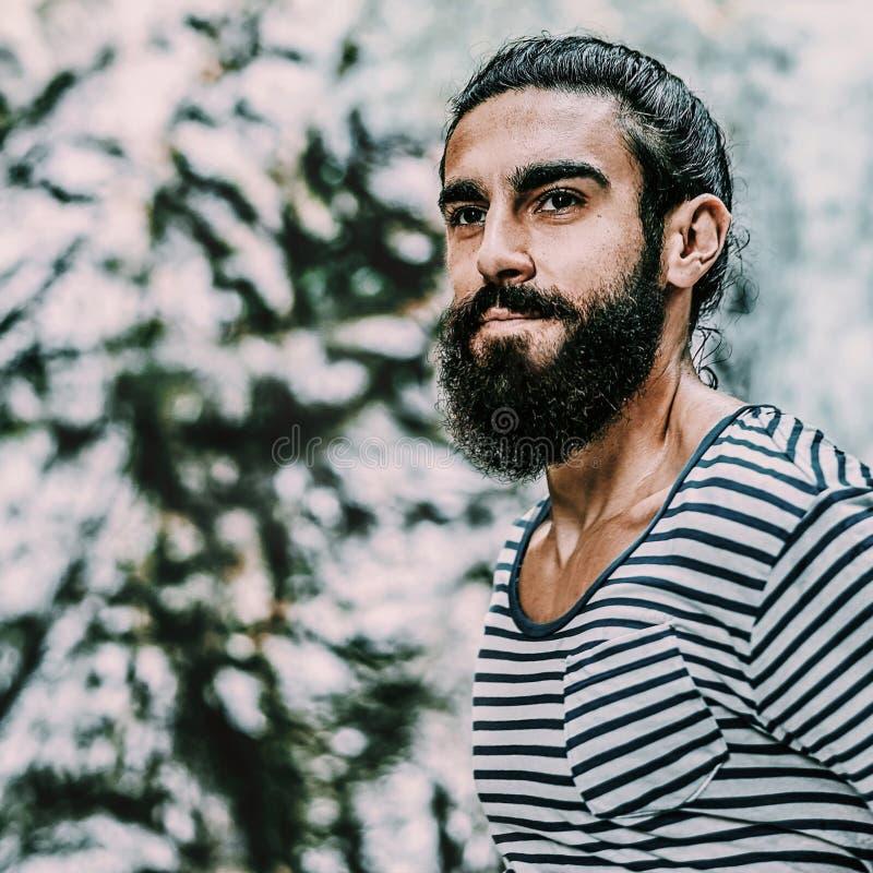 Retrato brutal hermoso del hombre de la barba imagenes de archivo