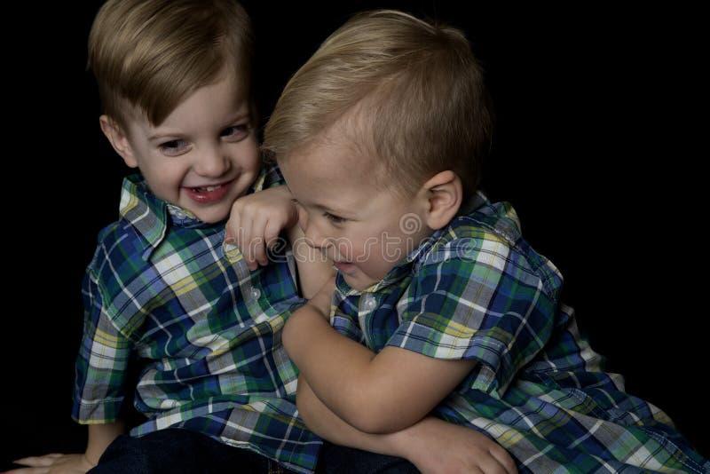 Retrato cândido de dois meninos novos que jogam atracando-se foto de stock royalty free