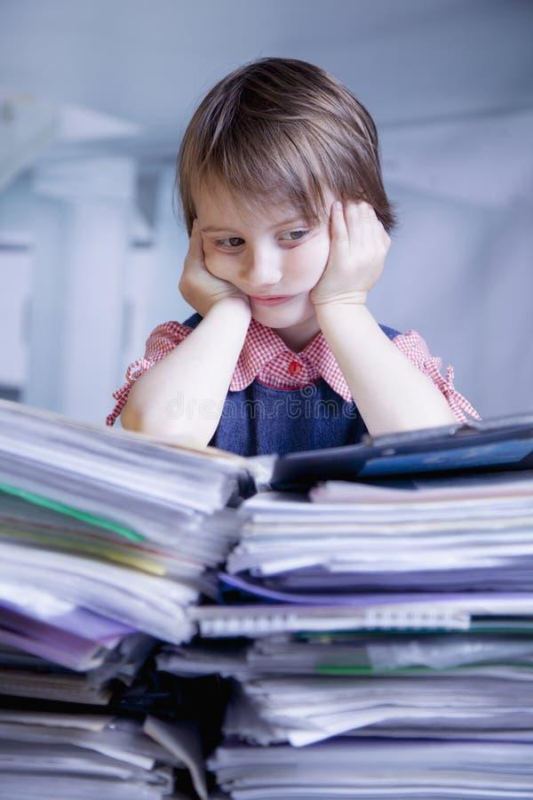 Retrato cômico da menina cansado e esgotada wo da criança do negócio fotografia de stock royalty free