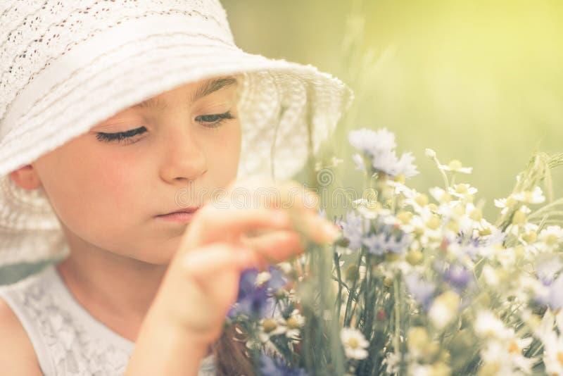 Retrato calmo da menina do verão imagens de stock royalty free