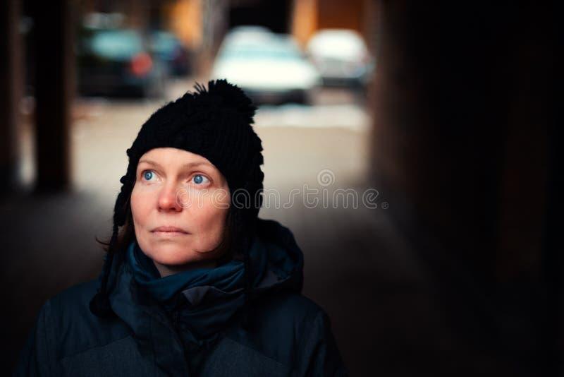 Retrato caucásico adulto esperanzado hermoso de la mujer en la calle imagenes de archivo