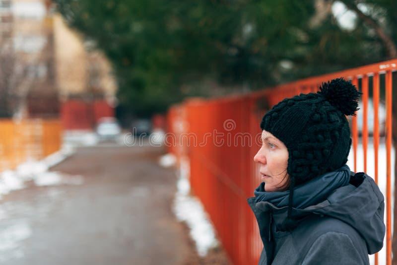 Retrato caucásico adulto hermoso de la calle de la mujer en invierno fotografía de archivo