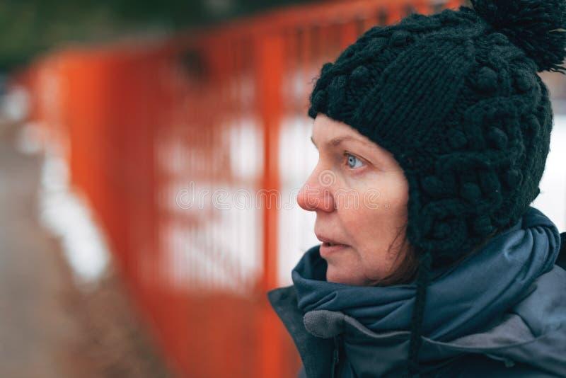 Retrato caucasiano adulto bonito da rua da mulher no inverno imagem de stock