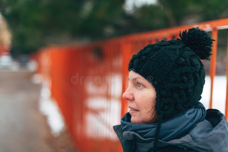 Retrato caucasiano adulto bonito da rua da mulher no inverno fotografia de stock
