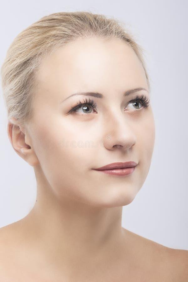 Retrato caucasiano bonito do close up da cara da beleza da mulher foto de stock royalty free