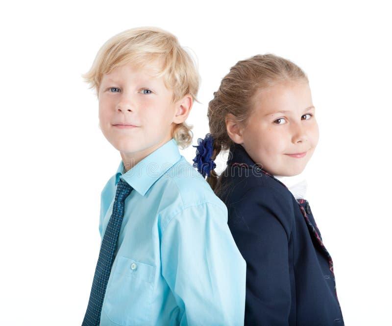 Retrato caucasiano do menino e da menina junto, crianças louras, fundo branco isolado imagens de stock