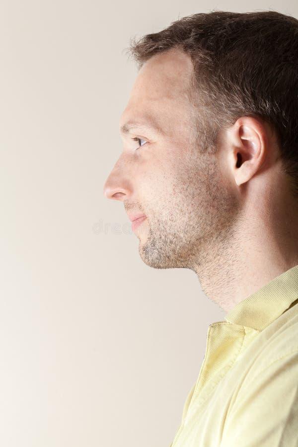 Retrato caucasiano novo de sorriso do perfil do homem fotografia de stock royalty free