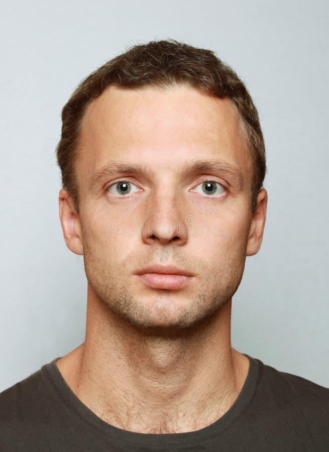 Retrato caucasiano novo do close up do homem imagens de stock