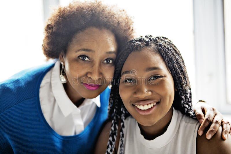 Retrato cercano afroamericano de la madre y de la hija imágenes de archivo libres de regalías