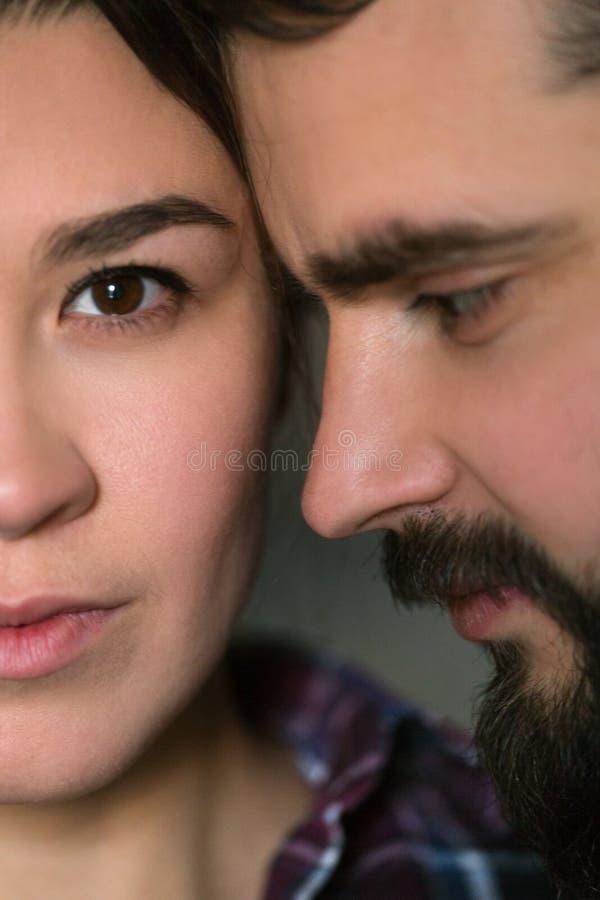 Retrato cercano de un par joven Hombre y mujer en amor Aférrese el uno al otro imagenes de archivo