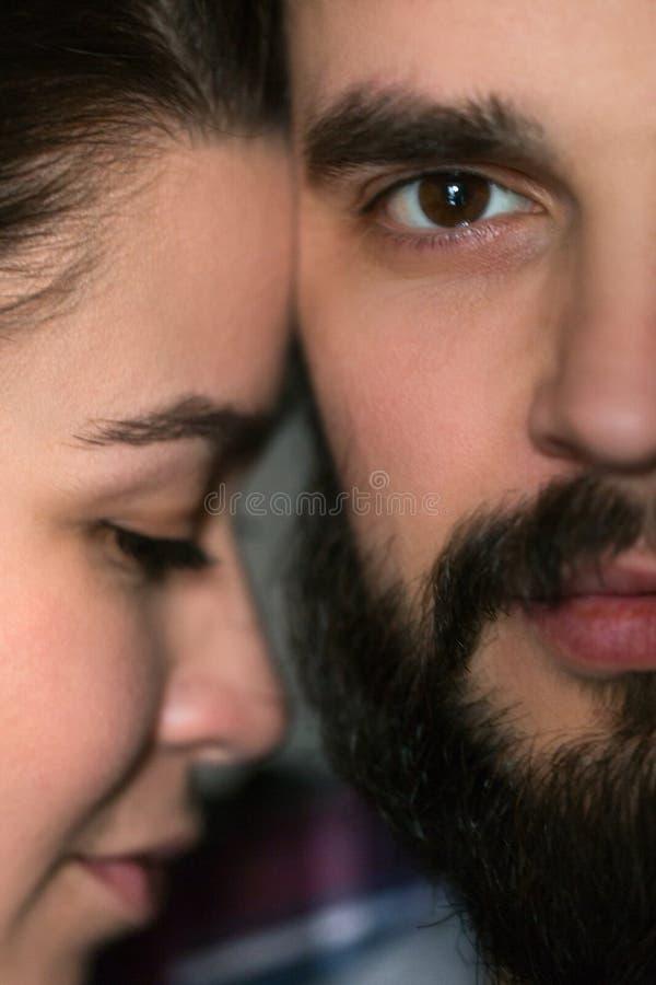 Retrato cercano de un par joven Hombre y mujer en amor Aférrese el uno al otro foto de archivo libre de regalías