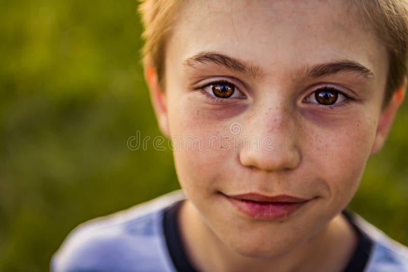 Retrato cercano del muchacho en la puesta del sol imagenes de archivo